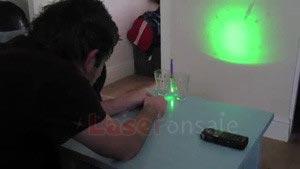 レーザーポインターで水滴中の細菌を観察
