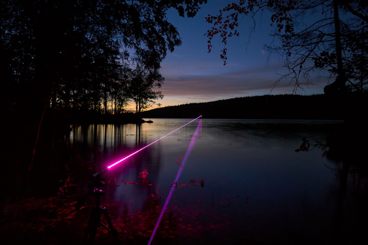 夜にレーザー光線
