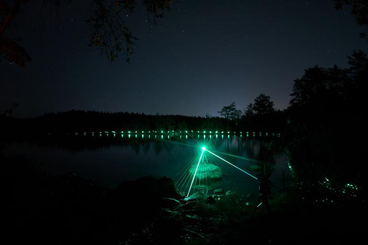 水面上のレーザーライト