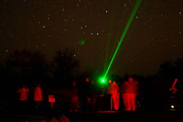 650nm赤色レーザー懐中電灯 500mWの赤色レーザーポインター 固定焦点 レーザーポインターカラス 撃退 マッチやタバコなどに火をつける